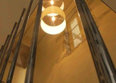 un escalier en metal