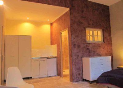 studio équipé d'une cuisine, salle de bains, wc