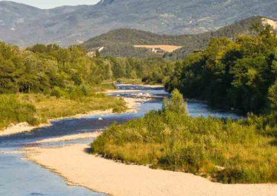 La rivière de la Drôme serpente à travers les paysages majestueux