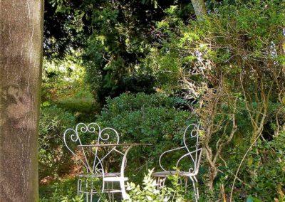 Une table et deux chaises dehors